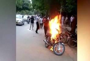 Lelaki bakar motosikal selepas disaman polis