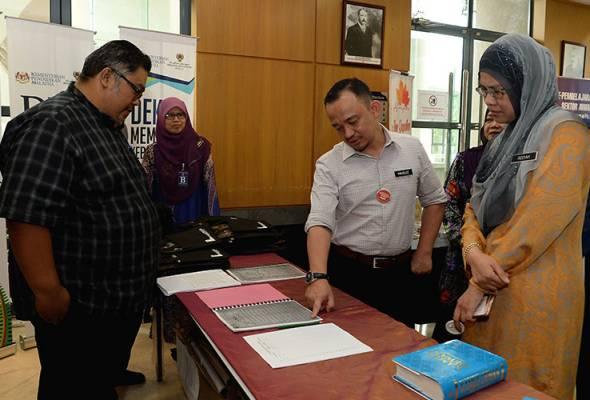 Maszlee Malik (dua,kanan) melawat pameran pada program Wacana Ilmu Dekad Membaca Kebangsaan anjuran Jabatan Perdana Menteri di Putrajaya. - Bernama | Astro Awani