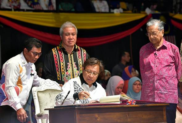 Dr Mahathir menyaksikan Abang Johari menandatangani Buku Khas Sambutan Hari Malaysia 2019 sempena sambutan Hari Malaysia di Stadium Perpaduan malam tadi. --fotoBERNAMA   Astro Awani