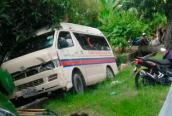 Mangsa Siti Faieza Idzuana Abdullah meninggal dunia di tempat kejadian sementara pemandu ambulans pula mengalami kesakitan di bahagian dada. - Gambar Astro AWANI | Astro Awani