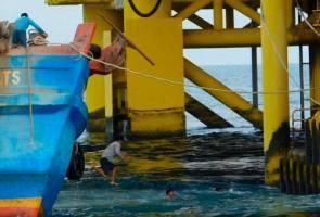 Terjun laut dan lepaskan bot, nelayan Vietnam cuba elak pihak berkuasa