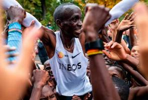 Eliud Kipchoge, orang pertama tamatkan larian maraton tidak sampai dua jam
