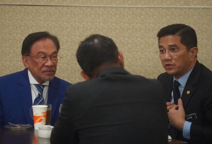 Anwar, Azmin dan Saifuddin bertemu di kafeteria ahli parlimen. - Gambar Syafiq Sunny