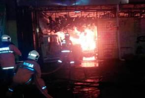 Dua kedai musnah dalam kebakaran awal pagi