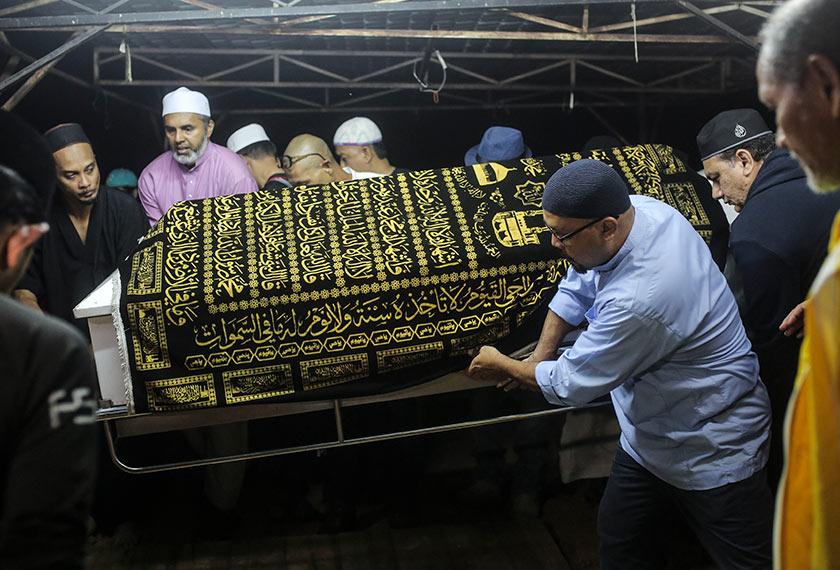Jenazah pengarah filem Pitt Haniff selamat dikebumikan di Tanah Perkuburan Islam AU2, Taman Keramat, Kuala Lumpur sekitar jam 2 pagi tadi.
