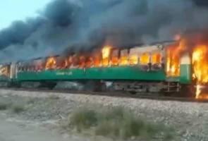 Kereta api terbakar ketika penumpang memasak, 73 terbunuh
