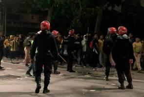 Kekecohan berlaku di luar stadium, beberapa individu ditahan