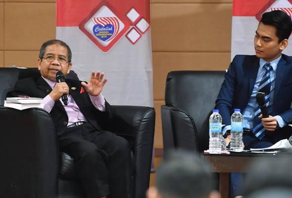 Awang (kiri) menyampaikan hujahnya sambil disaksikan moderator Khairul Hafez Yunus@Hamid semasa Forum Bahasa Jiwa Bangsa bertajuk Perpaduan Bangsa Melalui Bahasa Kebangsaan di Perbadanan Putrajaya, 15 Nov, 2019. --fotoBERNAMA | Astro Awani