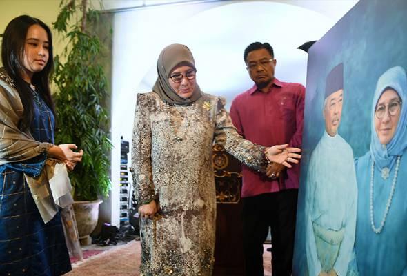 Raja Permaisuri Agong ceria ketika berkenan melihat gambar baginda bersama Yang di-Pertuan Agong Al-Sultan Abdullah Riayatuddin Al-Mustafa Billah Shah ketika merasmikan Pameran Warisan Pahang di Muzium Seni Pahang, Isnin malam. - Bernama | Astro Awani