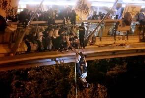 Protes HK: Penunjuk perasaan guna tali, lari dari kawasan kampus