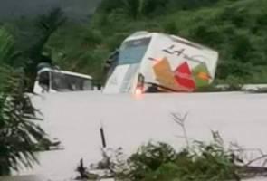 Bas persiaran hampir tenggelam dalam banjir