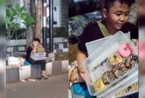 Kanak-kanak jual donat tepi jalan buat netizen sebak