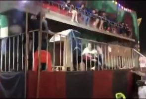 Enam remaja tercampak keluar dari permainan taman tema, seorang patah kaki