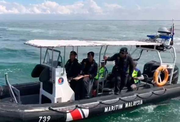 Leftenan Maritim Hairilizhar Noraazmi, berkata, setakat ini belum ada sebarang petunjuk dan mangsa masih belum ditemui.