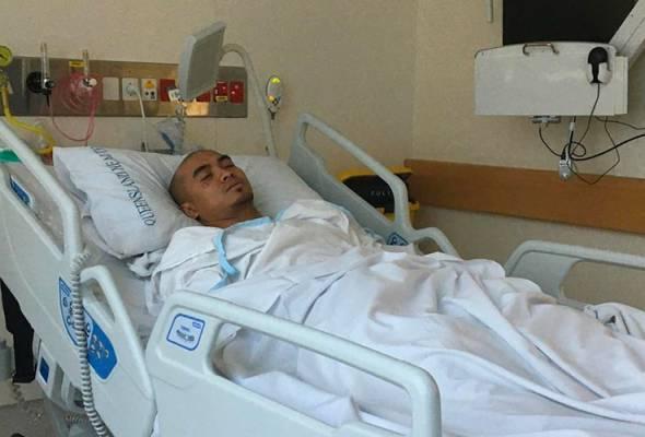 Azizulhasni Awang kini sedang menunggu berita dari pihak hospital dan pasukan perubatan di bilik kecemasan Hospital Princess Alexandra.