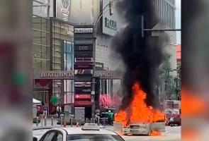 Kereta mewah terbakar di hadapan Pavilion