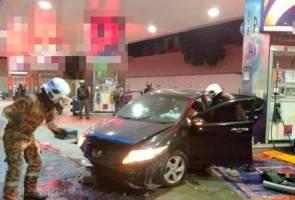 Dua maut, seorang cedera kereta dinaiki rempuh pam stesyen minyak