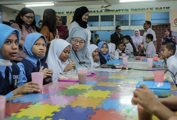 Habibah (duduk) ketika memantau pelaksanaan Program Sarapan Percuma fasa 1 di Sekolah Kebangsaan Sri Suria. -Astro AWANI/Shahir Omar | Astro Awani