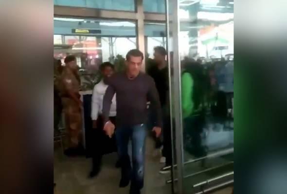 Salman Khan rampas telefon peminat