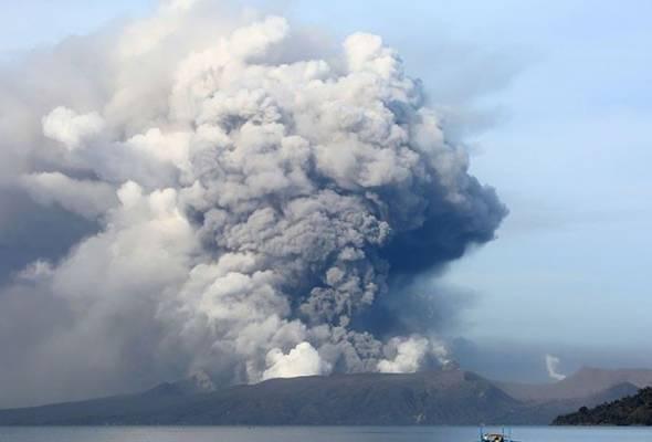 Pemandangan ketika Taal meletup dan imej semarak debu yang besar dan menakutkan naik ke langit disebar ke seluruh dunia oleh media sosial.