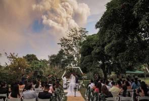 Majlis perkahwinan berlatar belakang kepulan asap gunung berapi