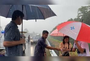 Tengku Hassanal bantu mangsa kemalangan dalam hujan lebat