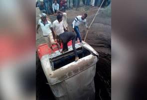 26 maut bas terjunam dalam perigi selepas langgar 'tuk tuk'