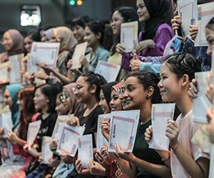 PETALING JAYA: Reaksi pelajar ketika mengambil keputusan Sijil Pelajaran Malaysia bagi tahun 2019 di Sekolah Menengah (P) Sri Aman. Seramai 8,876 daripada 389,498 calon peperiksaan Sijil Pelajaran Malaysia (SPM) 2019 memperoleh keputusan cemerlang dalam semua mata pelajaran diambil. Foto ASTRO AWANI/SHAHIR OMAR | Astro Awani