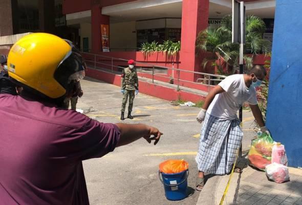 PKPD itu bagaimanapun membenarkan pembelian barangan keperluan secara dalam talian atau khidmat penghantaran makanan namun diletakkan di tempat pada jarak lebih satu meter dari penerima. - Foto Astro AWANI   Astro Awani