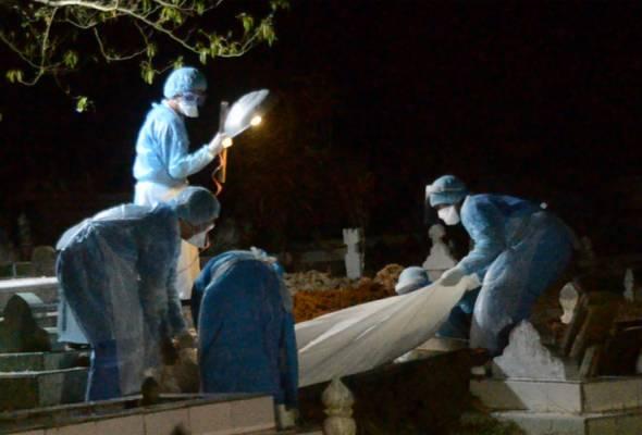 Jenazah lelaki kes jangkitan COVID-19 di Tawau selamat dikebumikan | Astro Awani