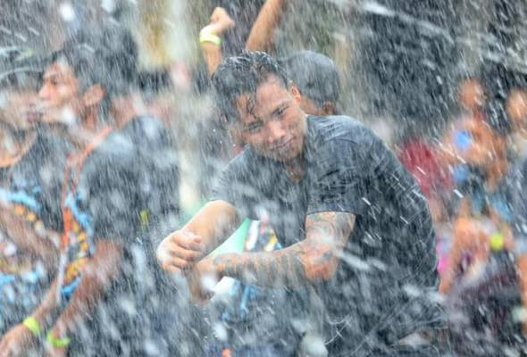 Sekatan perjalanan, Festival air tahunan di Myanmar terjejas
