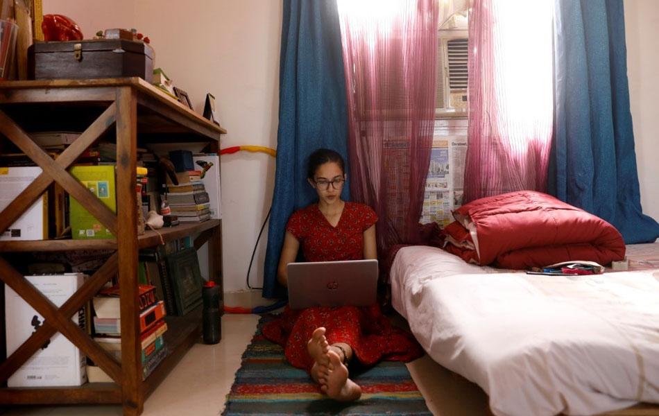 Pegawai pemasaran dan penjenamaan, Veda Hrudya Nadendla, bekerja dari rumahnya di New Delhi, India setelah pejabatnya ditutup kerana perintah berkurung susulan ancaman perebakan wabak. -Reuters/Adnan Abidi