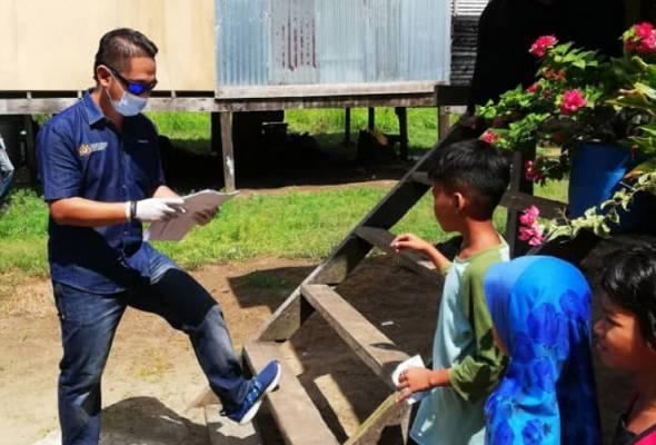 Rombongan ZCSKR menyampaikan sumbangan dan memberi maklumat mengenai COVID-19 kepada keluarga murid SK Bangingod yang terlibat. - Foto Astro AWANI | Astro Awani