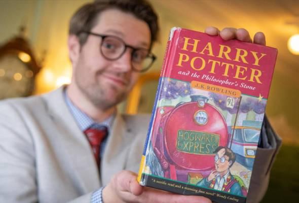 Buku terbitan pertama 'Harry Potter and the Philosopher's Stone' dilelong RM176,000