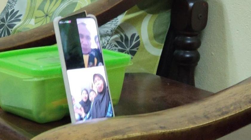 Kemudahan teknologi panggilan video yang boleh menjadi penghubung dan pengubat rindu seisi keluarga.