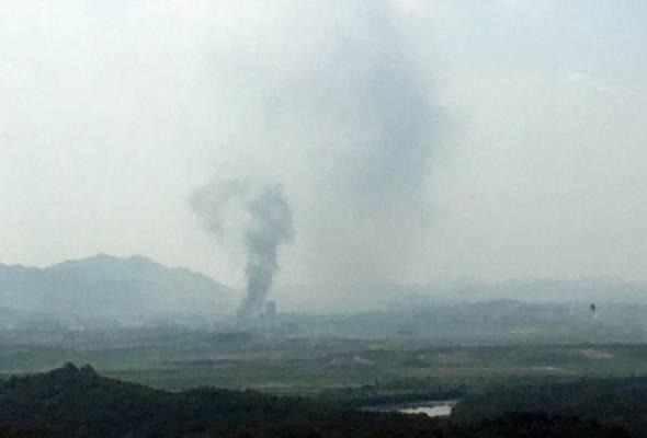 Kejadian jam 2.49 petang waktu tempatan itu turut dapat dilihat penduduk di selatan sempadan negara terbabit. - Reuters   Astro Awani