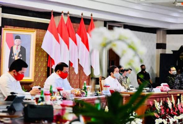 Joko Widodo has directed the provincial governments not to relax the large-scale social distancing (PSBB) rule if the number of positive cases continue to rise. - Pic Twitter JOKO WIDODO | Astro Awani