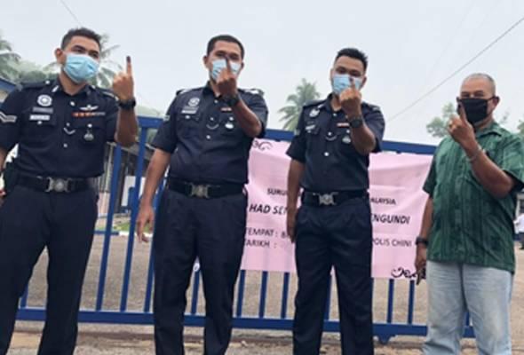 Proses pengundian hanya melibatkan 18 pengundi awal dalam kalangan anggota PDRM dan dijalankan mengikut SOP ditetapkan Suruhanjaya Pilihan Raya. -Astro AWANI | Astro Awani