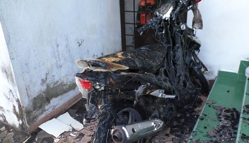 Antara kenderaan yang hangus terbakar dalam kebakaran awal pagi ini. - Foto Astro AWANI