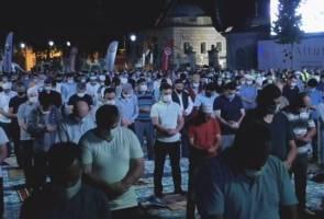 Ribuan tunaikan solat Subuh di Hagia Sophia