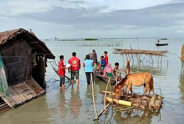 Kumpulan sukarelawan menghulurkan bantuan kepada mangsa banjir di Kurigram, Bangladesh, 16 Julai, 2020. (Foto AP)   Astro Awani