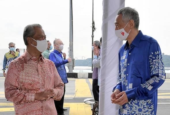 Muyhiddin beramah mesra bersama Lee selepas menyaksikan persetujuan untuk meneruskan projek RTS yang menghubungi Johor Bahru-Singapura, di Johor Bahru, 30 Julai, 2020. --fotoBERNAMA | Astro Awani