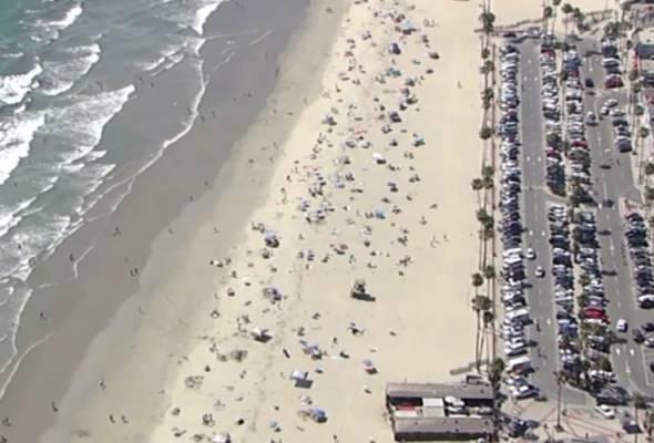 Ratusan beristirahat di pantai, tidak peduli risiko COVID-19