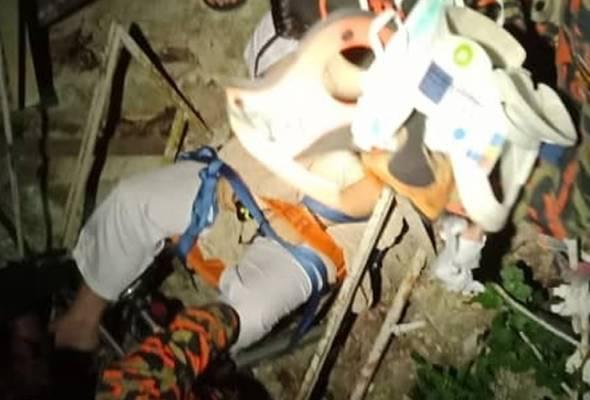 Pasukan bomba membuat kerja menurunkan mangsa menggunakan peralatan khas dan memberinya bantuan pernafasan. - Foto JBPM Perak | Astro Awani