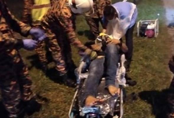 Anggota bomba menggunakan peralatan menyelamat untuk mengeluarkan mangsa yang tersepit sebelum diserahkan kepada pihak polis dan hospital untuk tindakan lanjut. - Gambar Bomba   Astro Awani