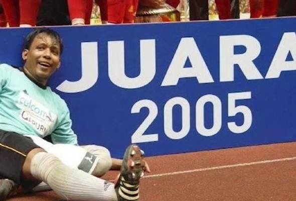 Jamsari menerusi akaun Facebooknya sebelum ini mengumumkan mahu melelong koleksi tiga pingat iaitu pingat juara Liga Perdana 2005, Piala FA 2005 dan Piala Malaysia 2005. - Foto Astro ARENA   Astro Awani