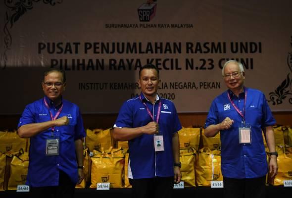 Mohd Sharim (tengah) bersama Menteri Besar Pahang Datuk Seri Wan Rosdy Wan Ismail (kiri) dan Najib selepas diumum menang PRK DUN Chini di pusat penjumlahan undi rasmi di IKBN Pekan, 4 Julai, 2020. --fotoBERNAMA | Astro Awani