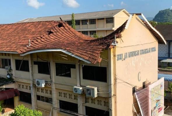 Bumbung bangunan SMK Derma berusia 71 tahun runtuh