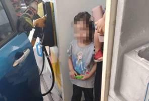 Bomba selamat kanak-kanak perempuan terperangkap dalam kereta