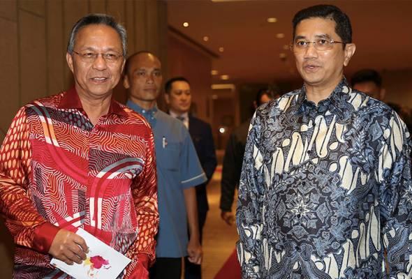 Azmin menghadiri perbincangan meja bulat industri di Johor Bahru bersama Menteri Besar Johor Datuk Ir Hasni Mohammad. | Astro Awani